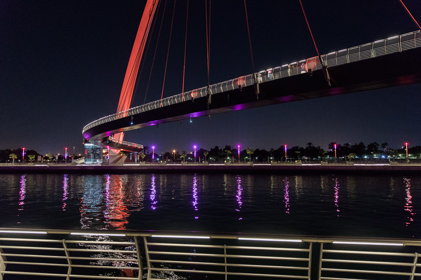 Vacker bro över Dubais nya kanal